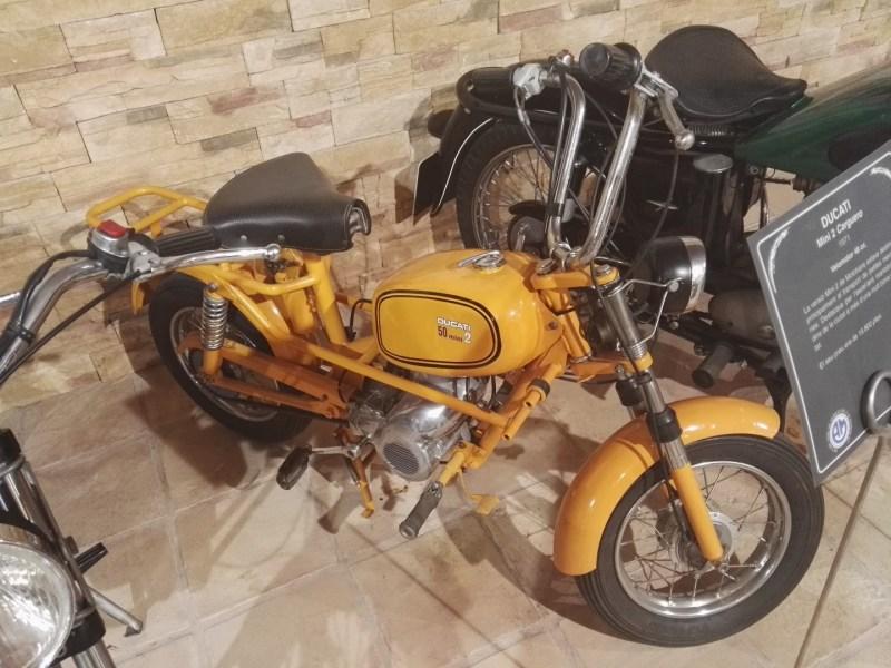 """Museo Sala Team - Ducati Mini-2, fabricada en Barcelona por Mototrans. Esta motocicleta la denominaban """"paquetera"""", ya que fue muy usada por los repartidores."""