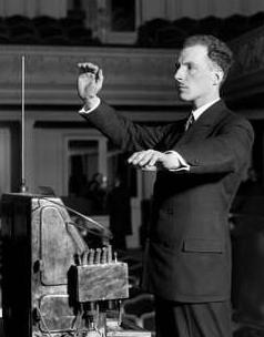 Exposición Theremin - Lev Termen con su invento, o Theremin tocando el theremín (3).