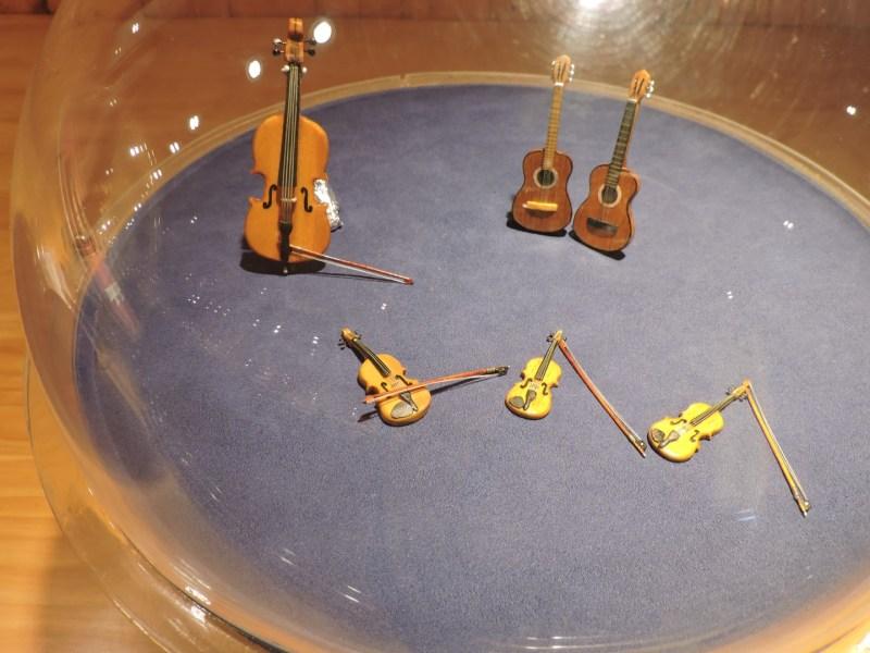 El Carromato de Max - Instrumentos de cuerda, totalmente funcionales. El arco de los violines está hecho de crin de caballo.