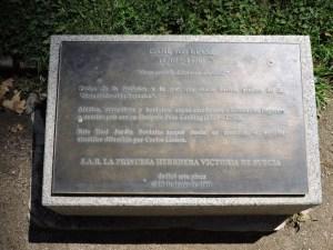 Jardín Botánico Madrid - Placa dedicada a Linneo, padre de la botánica y sueco ilustre., descubierta en su honor por la Princesa Victoria de Suecia en 2001.