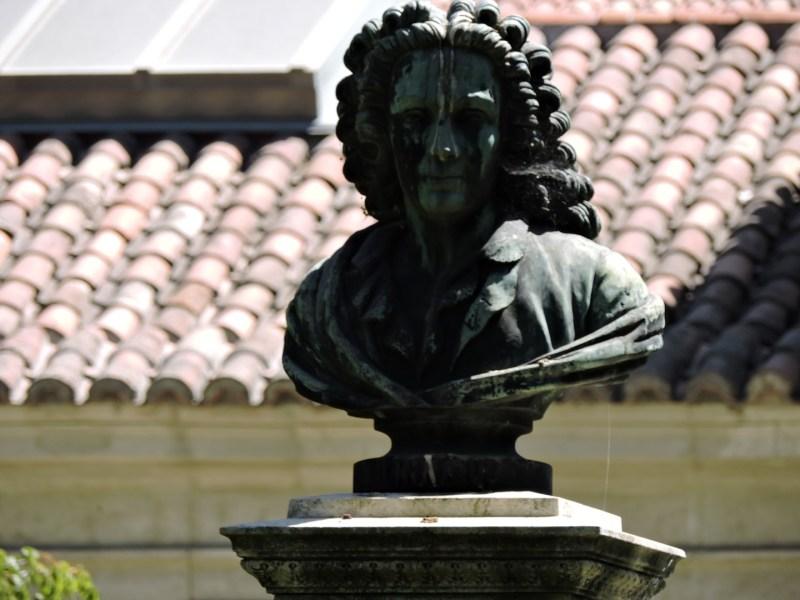 Jardín Botánico Madrid - Busto de Linneo, creador de la clasificación actual de las plantas.