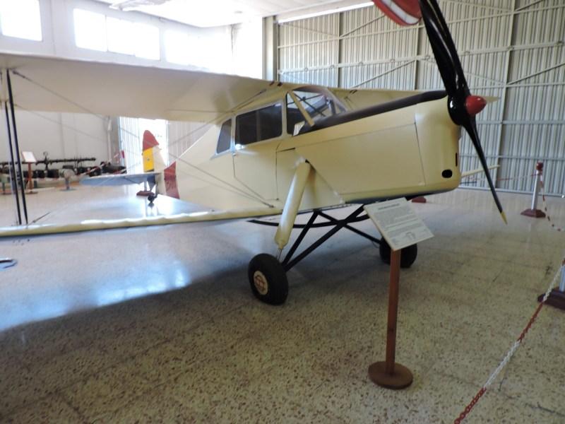 """Museo del Aire - de Havilland DH-87 A """"Hornet Moth"""". Un avión de entrenamiento, del que el ejército republicano llegó a tener seis ejemplares. El del museo es uno de los 3 existentes en el mundo."""