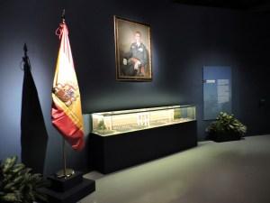Museo del Aire - La entrada está presidida por un retrato de Juan Carlos I sobre una maqueta del Ministerio del Aire.