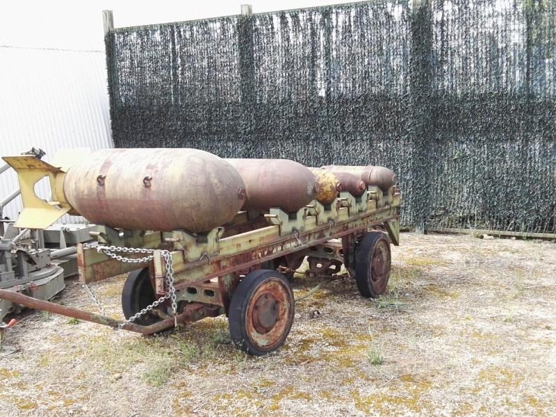 Museo del Aire - Carro con la panoplia de un bombardero.