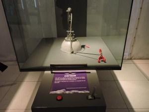 Museo del Aire - Demostrador del principio de acción y reacción, con el cohete de Tintín.