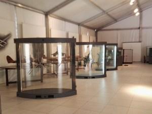 Museo del Aire - Vitrinas con objetos expuestos a modo educativo.