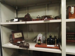 Almacén del MUNCYT - Diversos teléfonos de pared antiguos.