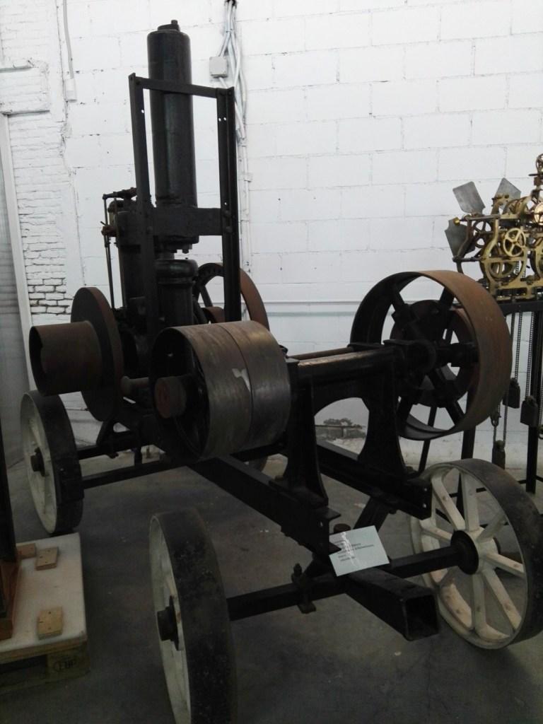 Almacén del MUNCYT - Locomóvil (locomotora sin raíles) fabricado por la empresa alemana Motoren Fabrik Oberursel.