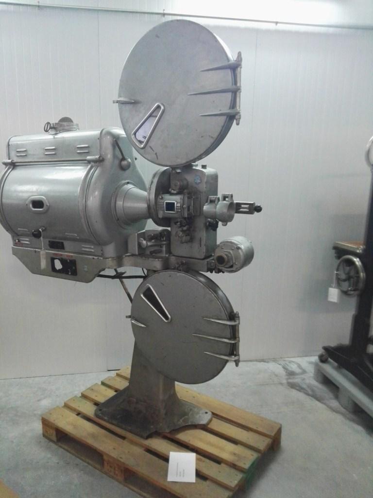 Almacén del MUNCYT - Proyector de cine Wassmann, empresa española creada por Rodolfo Wassmann.
