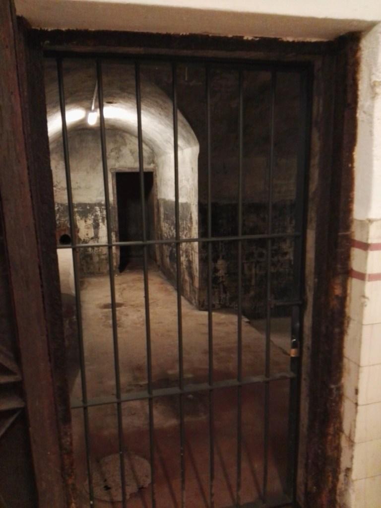 Búnker de El Capricho - A la izquierda se ve una especie de arcón de Drácula.