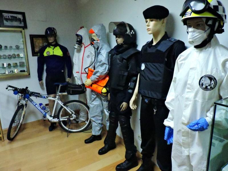 Museo Policía de Madrid - Uniformes de ciclista, de protección química, policía científica y operaciones.