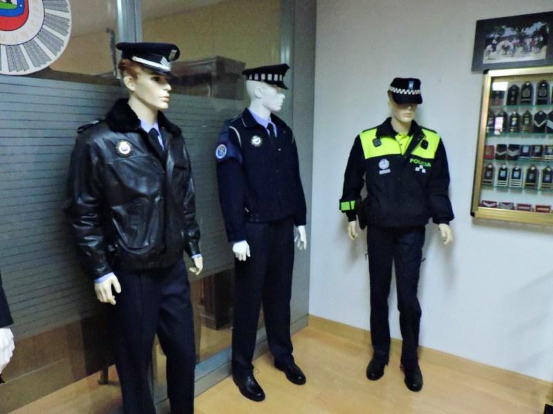 Museo Policía de Madrid - Distintos uniformes de la policía.