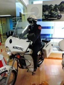 Museo Policía de Madrid - Municipal subido en la mítica moto Sanglas 400.