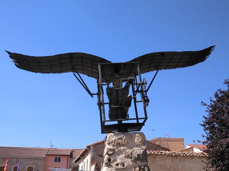 El vuelo de Diego Marín - Imagen frontal de la estatua, donde se aprecian los detalles de los engranajes.