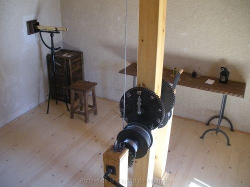 El telégrafo óptico - Anteojos, con silla y mesa para apuntar, y volante para mover el indicador (12).