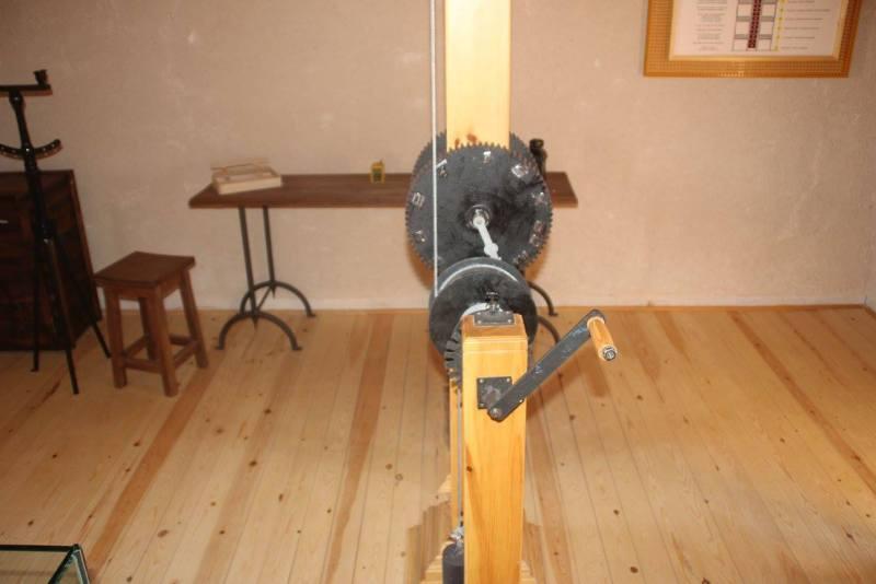 El telégrafo óptico - Volante del telégrafo, que el torrero hacía girar para transmitir (12).