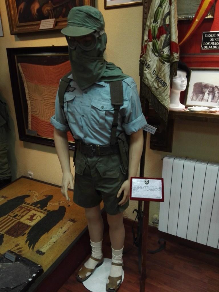 Museo de la Bripac - Uniforme de los paracaidistas en el Sahara, con pañuelo contra el siroco y sandalias.