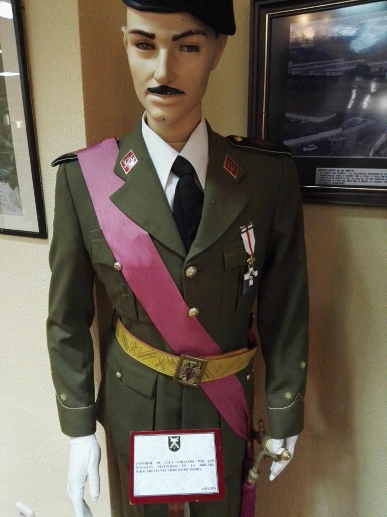 Museo de la Bripac - Uniforme de gala de los oficiales.
