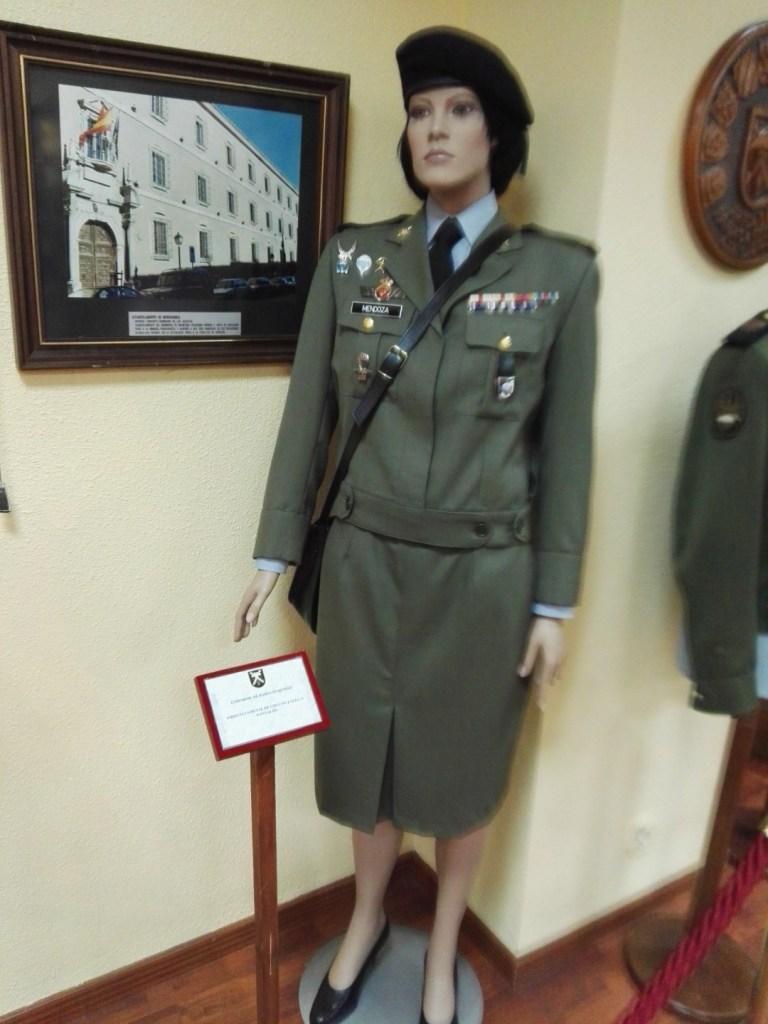 Museo de la Bripac - Uniforme de gala femenino (sí, también se puede llevar con pantalones).