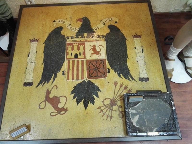 Museo de la Bripac - Escudo de España en Ifni, ¡ con un petroglifo del Sahara ! en la parte inferior derecha.