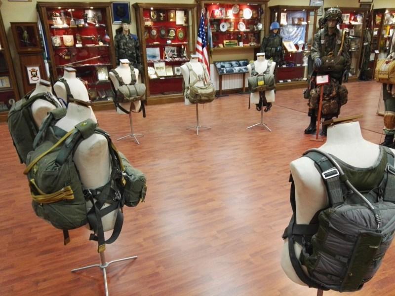 Museo de la Bripac - Colección de paracaídas de distintas épocas.