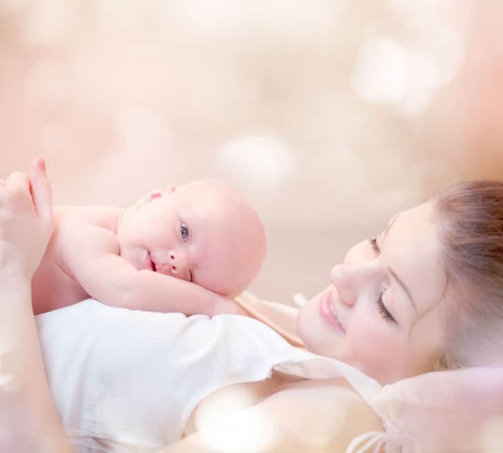 Mujer embarazada con bebé