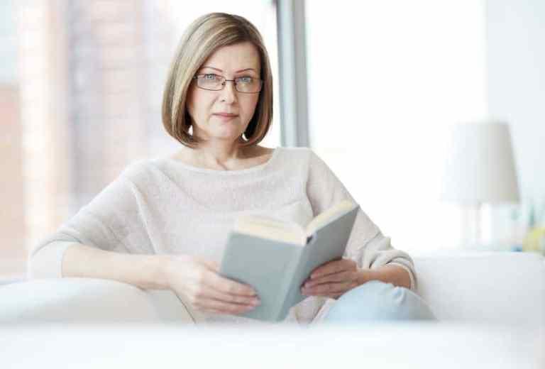Mujer mayor leyendo un libro