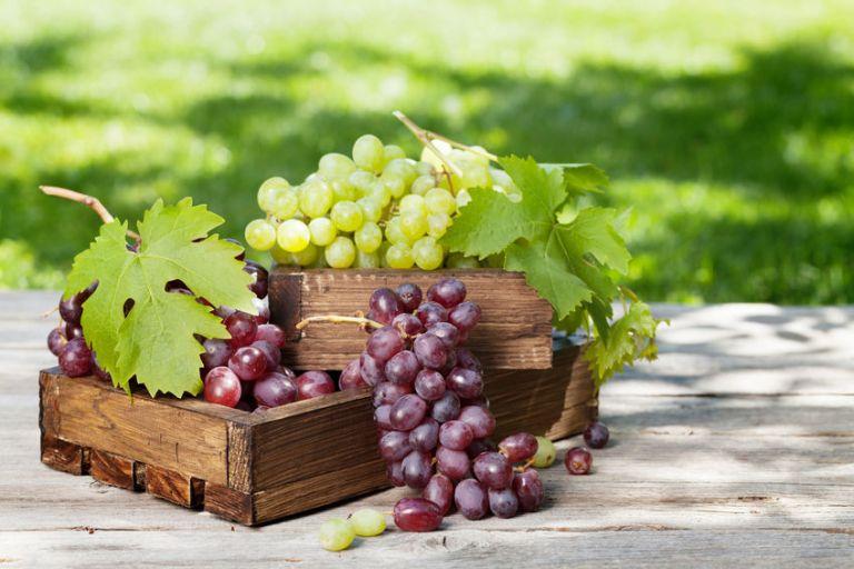 Uvas en canasta de madera
