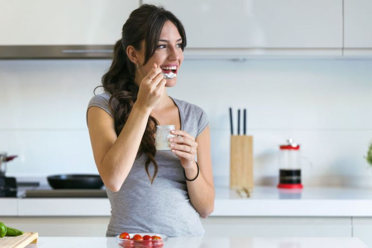 Mujer tomando yogurt