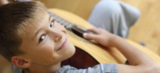 Niño toca la guitarra