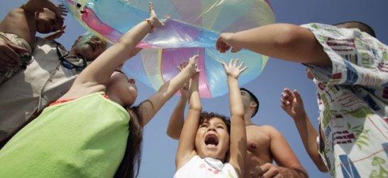 Niños juegan con paracaídas