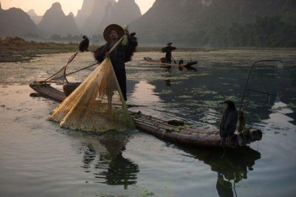 Pescador recogiendo la red