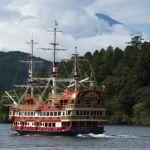 barco sobre el lago Ashi