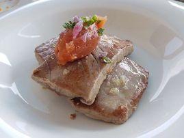 Tarantelo de Atún con alioli de tomate y cebolla caramelizada