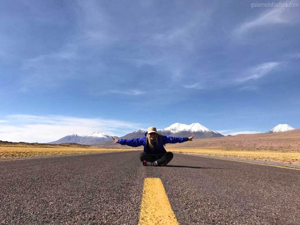 sentada na estrada no meio do Atacama