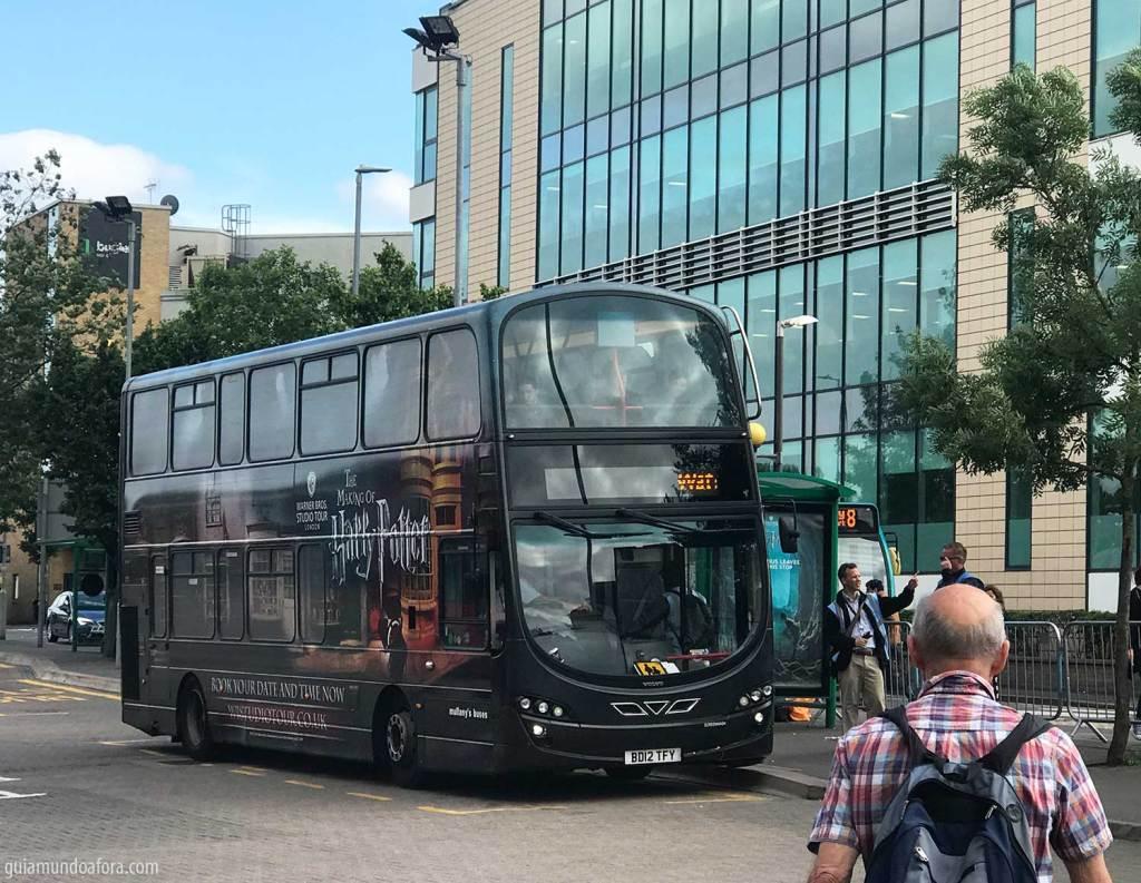 Ônibus que sai de Watford Junction até a porta dos Estúdios