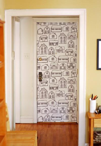 Decora las puertas con papel pintado