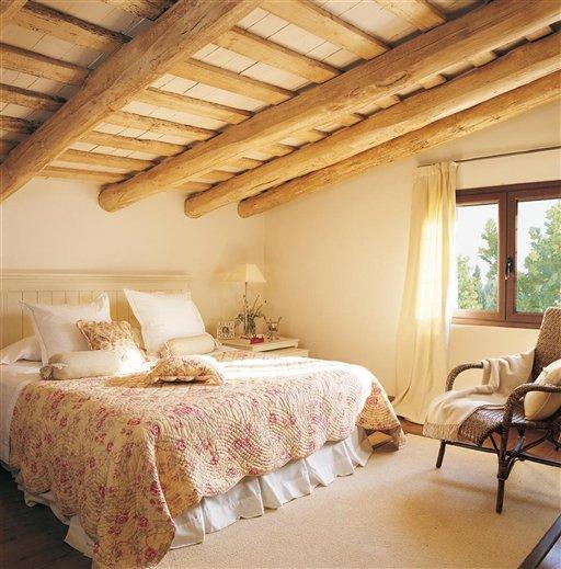 Una casa con vigas de madera