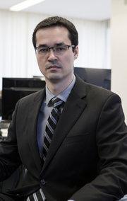 Deltan Dallagnol, o procurador responsável pelo caso da Petrobras, disse que a eliminação da corrupção poderia permitir que o governo brasileiro a triplicar o montante gasto em saúde pública e para levantar 10 milhões de seus cidadãos da pobreza. Credit Cristiano Burmester para o The New York Times