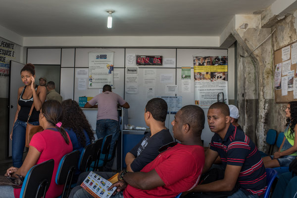Os candidatos a emprego em Itaboraí, onde a Petrobras inaugurou uma refinaria e petroquímica complexo gigante, em um centro de emprego do governo. Cerca de 20.000 trabalhadores chegaram à região há seis anos como a construção começou, mas quando o escândalo veio à tona, o trabalho no projeto interrompido. Credit Andre Vieira para o The New York Times