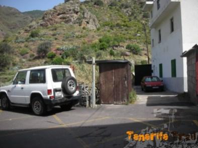 Inicio-final detalle de comienzo del sendero en Valle Brosque por donde está el coche rojo