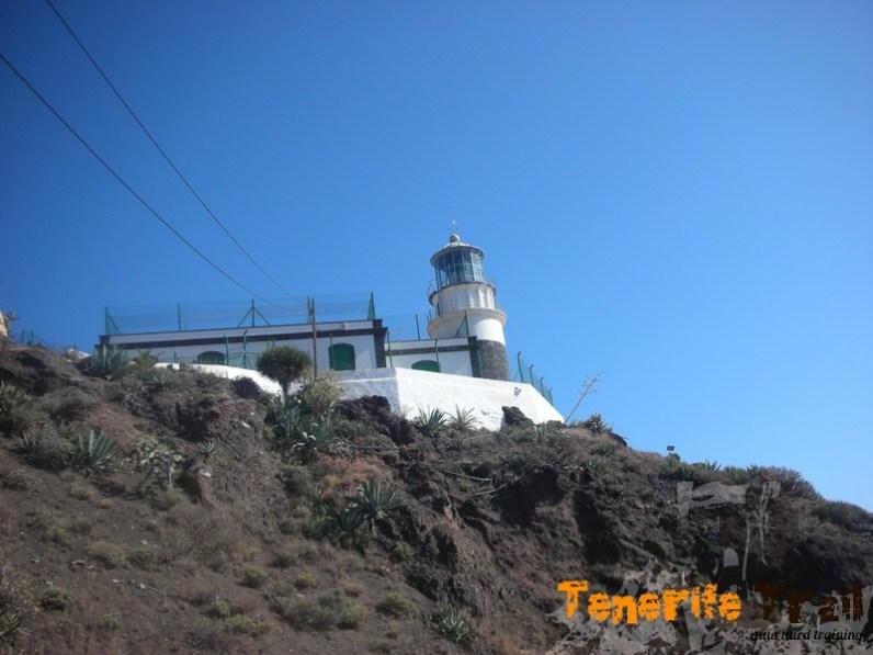 El Faro de Anaga visto según asciendes desde Roque Bermejo