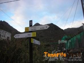 A 300 metros desviación subida a Erjos por dos senderos
