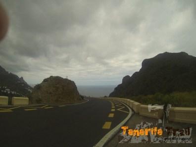 En estre cruce unos 200 m por la carretera y entrada a un sendero local