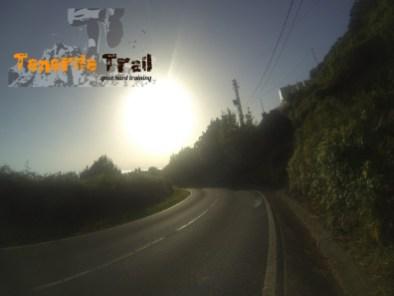 Salida a la carretera de la dorsal unos metros hacía tu derecha