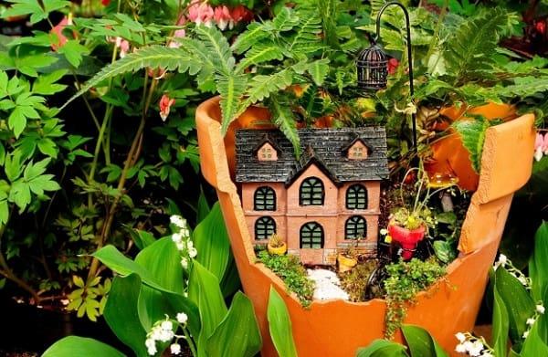 decorazioni per il giardino con i vasi rotti