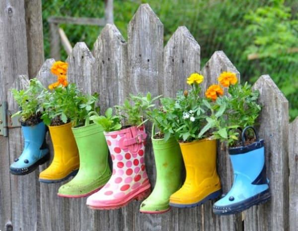 i vecchi stivali all'occorrenza possono diventare una bellissima soluzione per decorare giardini e staccionate con le piante