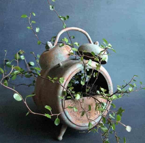 un vecchio orologio, con ruggine al seguito, può trasformarsi in un vaso per interni