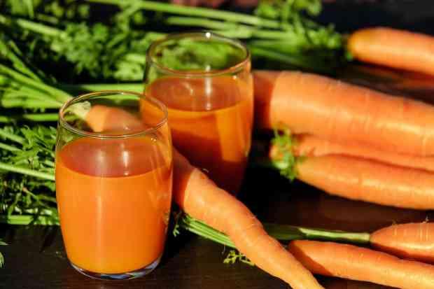 Le carote sono, tra tutte le verdure, la fonte numero uno di beta-carotene, un antiossidante incredibilmente efficace per prevenire la degenerazione delle cellule, aiutando così a mantenere la pelle giovane e sana