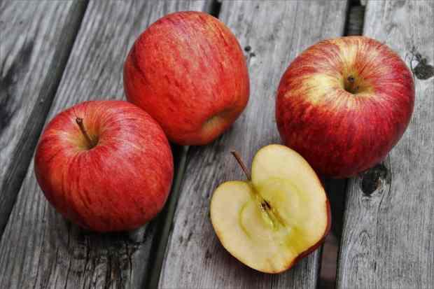 Le mele sono ingredienti meravigliosi per i succhi di frutta poiché a basso contenuto di zucchero, ma hanno anche molti benefici per la pelle